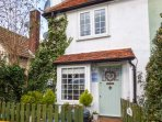 THE COTTAGE, romantic bolthole, pet-friendly, close to beaches, in Mersea Island, Ref 952088