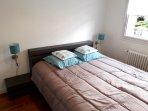 La chambre turquoise avec lit 2 pers. en 160x200, tiroirs de rangement, commode et petite penderie.
