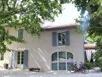 le mas provençal du XIX siècle et la location avec le salon d'été à droite