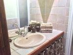 Salle d'eau ( douche + lavabo ) attenante à la chambre 1.