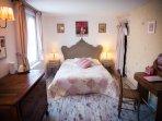 Chambre double avec sanitaires et terrasse privée.