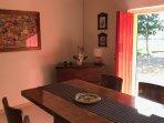 Abitazione Federico: la sala da pranzo con accesso diretto al giardino, arredata con mobili antichi