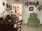 Abitazione Federico: lo studio comunicante con il salotto e la cucina.