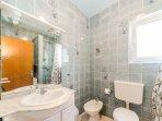 1B(4+1): bathroom with toilet