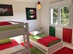 Chambre avec 3 lits en 90 ( dont 2 superposés) à l ' étage