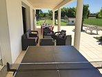 Grande terrasse modulable : tables pour manger, salon de jardin, table de ping pong