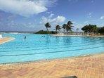 Vue de la piscine à débordement