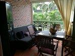 Autre vue cuisine sur la terrasse avec un grand réfrigérateur et un clic- clac comme 2ème couchage..