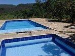 piscina com linda vista para montanhas