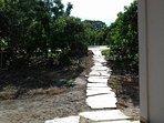 caminho que leva ate a piscina