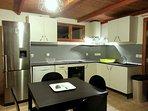 La cuisine équipée avec four,micro-onde,grand frigo-congélateur,lave vaisselle,machine à café...