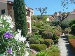 Les petits bâtiments de la Résidence implantés dans le vaste parc méditerranéen