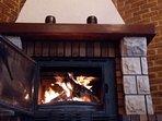 chimenea de leña ,ideal para calentar el salon