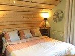 Chambre 2, avec balcon en bois, plein Sud, TV écran plat.