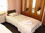 bedroom I: 1 double bed, 1 single bed, bedside tables, mirrows, sea view, TV, wardrobe