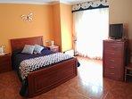 Dormitorio principal. Cama grande