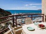Disfruta de la terraza con vistas al puerto y al Peñón