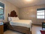 bedroom on Main w/queen