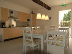 De ruime woon/leefkeuken van woning Hortensia. Hier zijn al heel wat verhalen over tafel gegaan.