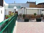 Terrazzo a livello, mq. 75, attrezzato con gazebo, barbecue   e arredo da giardino.