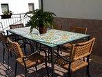 Tavolo in ferro battuto e mattonelle di ceramica.