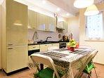 La sala da pranzo con la cucina