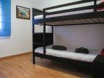 Dormitorio con dos camas en litera.