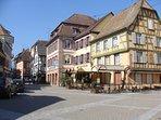 Place de Ribeauvillé avec ses restaurants.