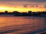 Couché de soleil sur la plage du Veillat en centre-ville de St Raphaël