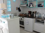 Cuisine équipée, électroménagers neufs, four, lave vaisselle, micro-onde...