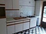 Cuisine équipée : réfrigérateur, congélateur, lave-vaisselle, four multifonctions, cuisson gaz.