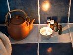 Dans l'Espace Détente  Vallon des Etoiles : huiles essentielles et infusion bio après hammam ou bain