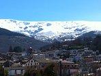 Vista de Candelario con nieve en la sierra