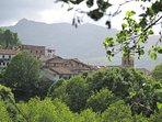 Vista de Candelario desde la carretera de Navacarros