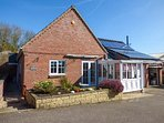 ANNEXE, all ground floor, pet-friendly, patio with furniture, in Newton