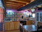 Vistosa cocina sala, con vitrocerámica y cocina de leña. Comedor para 6