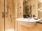Bagno 2 con lavandino e doccia