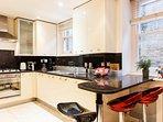 cucina ben attrezzata + piano cottura a microonde +