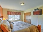 Both bedrooms have flat-screen cable TVs.