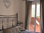 Dormitorio de plata con puertas a la terraza