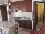cucina/sala da pranzo con bagno sullo sfondo appartamento 2