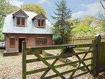 ST BERNARD, detached, large enclosed garden, pet-friendly, WiFi, Horndean near