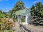 BRAMBLE, single-storey cottage, super king-size bed, WiFi, pet-friendly