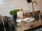 piastre elettriche, lavello e frigorifero