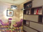 Shelves, decors and a vibrant ambiance
