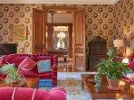 salon, style empire, décoration insolite, atypique, cocooning, lecture,télévision