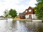 Bure Banks, beautiful cottage on the the River Bure in Wroxham