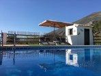 Lekker ontspannen bij of in het zwembad (verwarmd, met afdekzeil)!