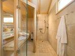 Bad mit eigener Sauna und begehbarer Dusche