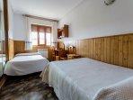 Planta principal. Habitación con dos camas y escritorio de la casa rural Casa Salva